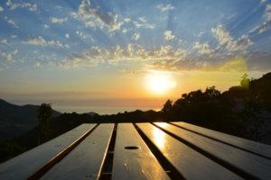Le coucher de soleil vue de la terrasse du gite 3 pers a Alata, en Corse.