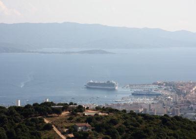 Bateaux de croisiere dans le port d'Ajaccio