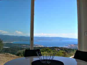 Vue a travers la baie vitrée de la location de vacances a Ajaccio.
